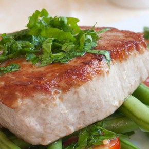 Grilled tuna with a green bean salad